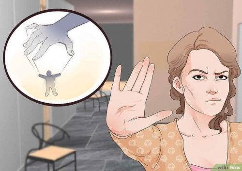 Жена прави знак за стоп