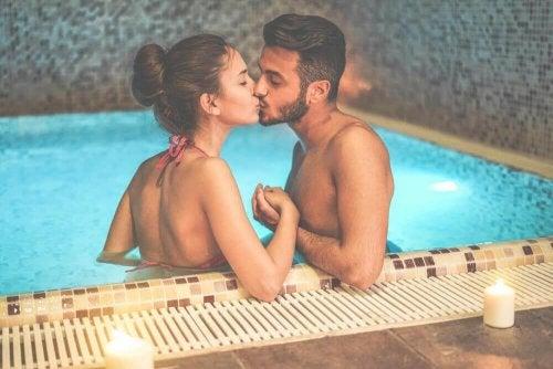 целувките в басейна са винаги по-приятни