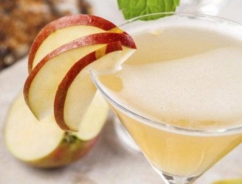 За сваляне на корема: чаша с ябълков сок и резенчета ябълка