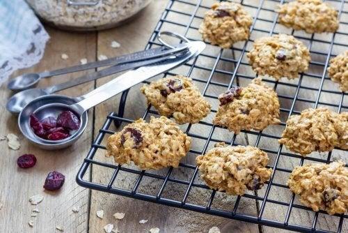 Пригответе си бързо и лесно безквасни бисквити с мед и овесени ядки.