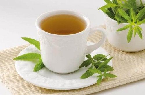При подуване на корема: чаша чай от анасон, върбинка и маточина