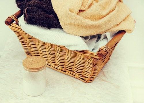 Как да използвате домашен омекотител за кърпите си
