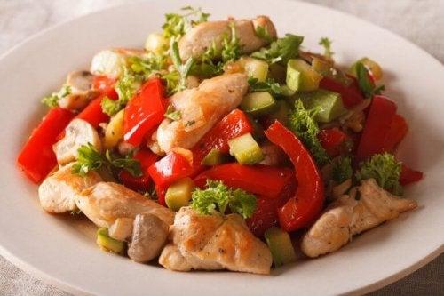 За бърза и здравословна вечеря: експресно пиле със зеленчуци