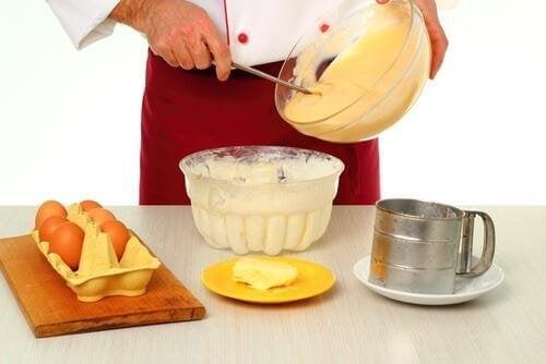 Приготвянето на крема за домашния десерт Наполеон не е никак трудно.