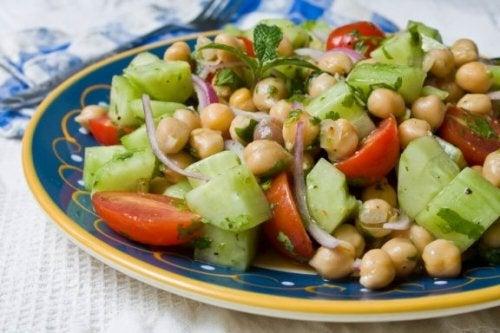 Четири вкусни рецепти за салата с нахут