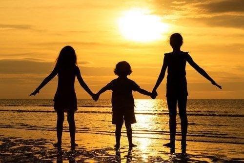 Щастието и разбирателството между децата в семейството зависят от родителите.
