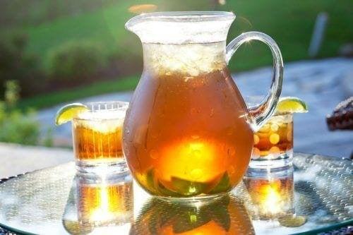 Поднесете този вкусен хляб с мед, канела и банани със студен чай.