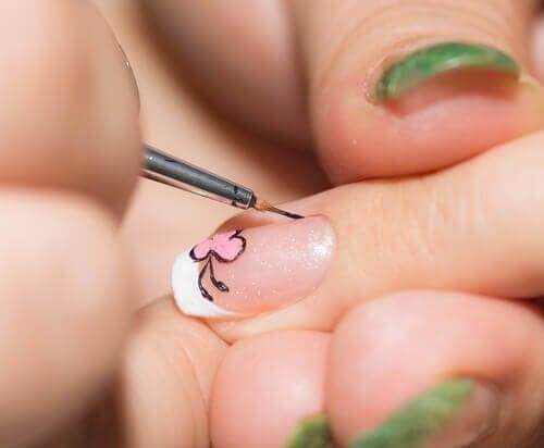 С тънка четка се рисува върху нокът