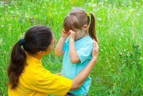 Проявете търпение и покажете любовта си на разстроеното дете.