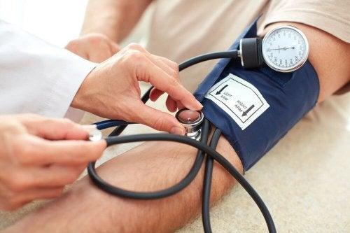 Апарат за високо кръвно налягане на ръката на пациент