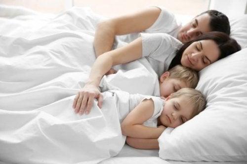 За децата, които спят в едно легло с родителите си
