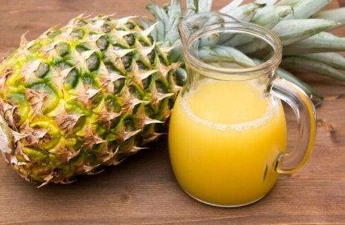 Корите от ананас: ананас и сок от ананас в кана на маса