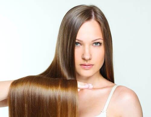 Вземането на студен душ: жена с блестяща коса