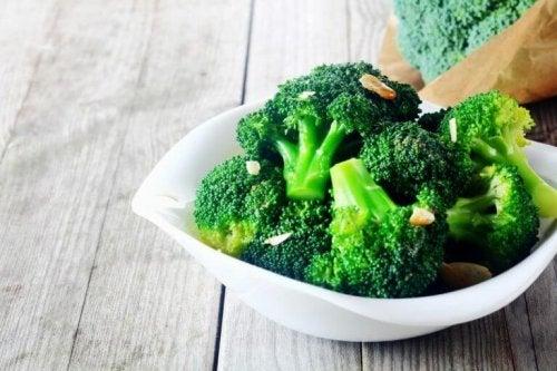За лечение на дивертикулит: броколи в чиния на маса