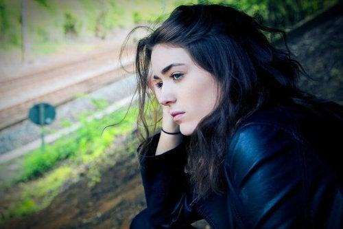 За преодоляване на депресията: млада жена, която изглежда тъжна