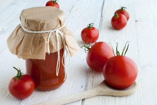 Доматен сок в буркан и домати на маса