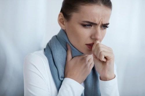 Възли на гласните струни: млада жена кашля