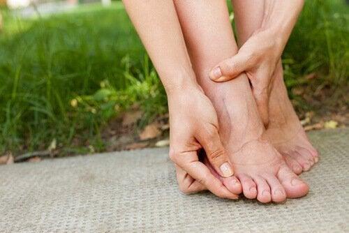 Вземането на студен душ елиминира течностите: стъпала на жена