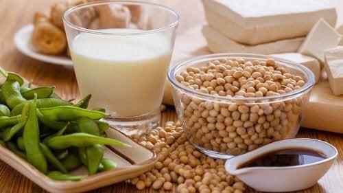 При менопауза: куркума в купичка, чаща мляко, зелена салата, сложени на маса