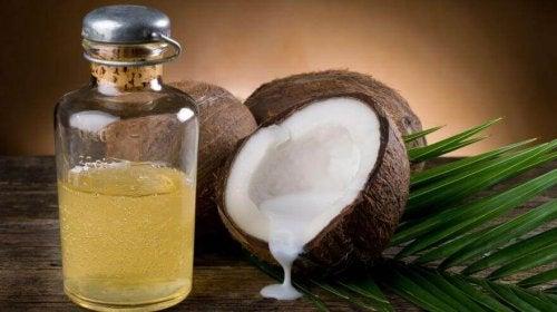 Грижа за стимулиране растежа на косата с кокосово масло.