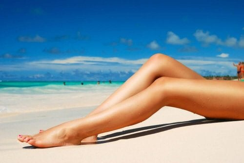Женски крака на плаж