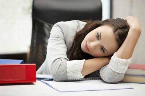 Млада жена, която изглежда уморена и отчаяна