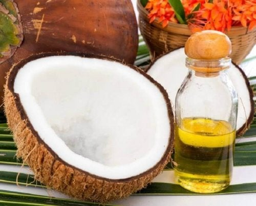 Кокосовото масло се използва и за стимулиране растежа на косата.
