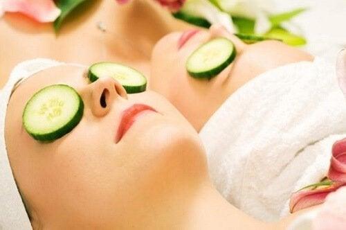 Пригответе си маска за лице от краставици като средство срещу кожните несъвършенства.
