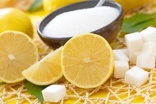 Козметичните свойства на лимона: лимон нарязан и захар в канче