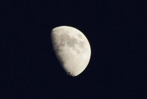 Луната влияе чрез фазата си първа четвърт