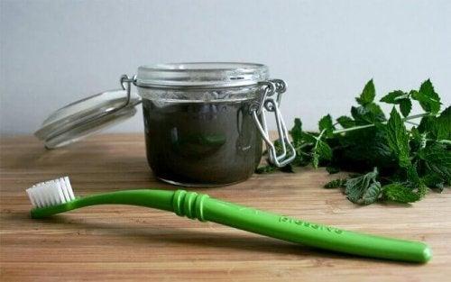 Паста за зъби с натурални продукти