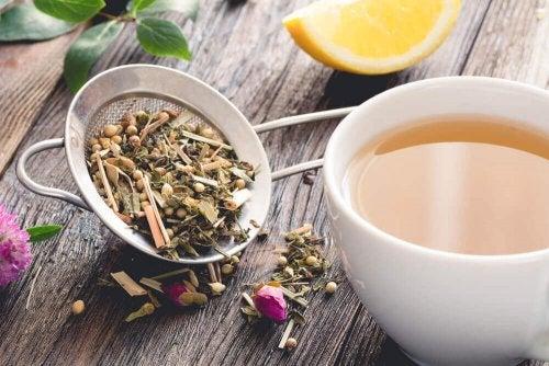 Чаша чай, лимон и цедка