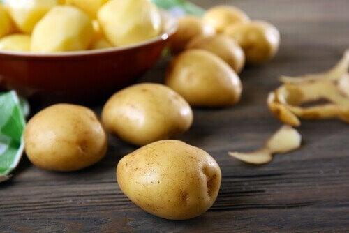Картофи в голяма купа, на масата