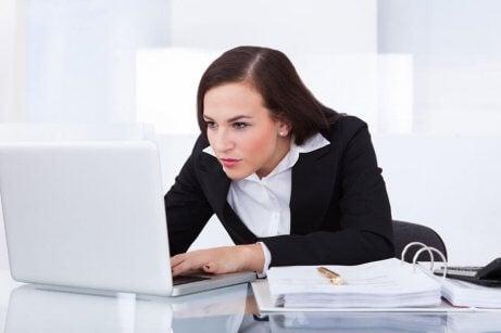 Домашни лечебни средства срещу флебит: една млада жена в офис, на компютър