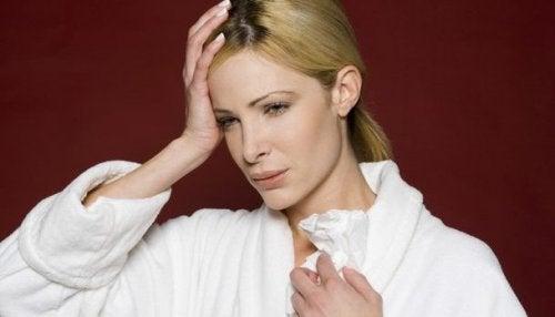 Синузитът и неговите симптоми: една жена се е хванала за главата