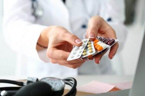 Таблетки лекарства в ръцете на жена доктор