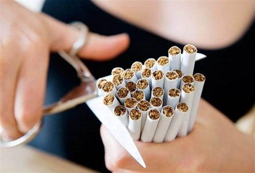 Трябва да спрете цигарите като мярка за предпазване от киселинен рефлукс.