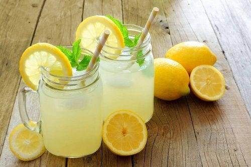 Водата с лимон е едно от най-ефикасните натурални разхлабителни средства.