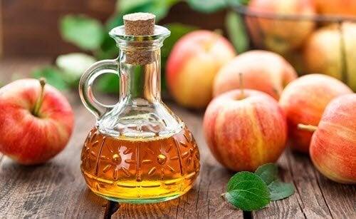 Блестяща и копринена коса: с ябълков оцет. Ябълки и оцет в шише.