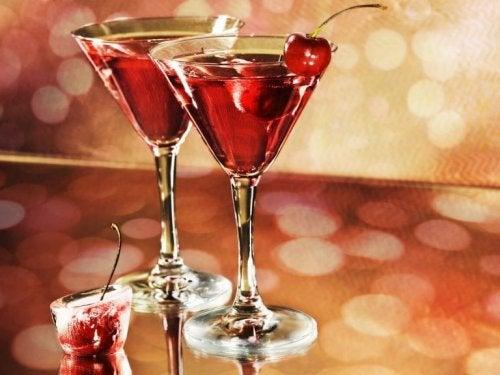 Две чаши с алкохол и череши
