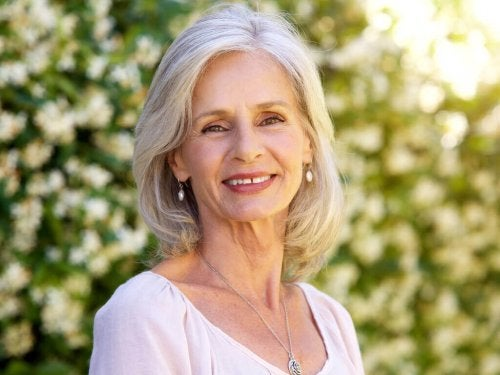 За покриване на белите коси:Усмихната жена с бели коси