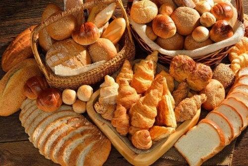 Различни видове хляб и кроасани в кошници и на маса