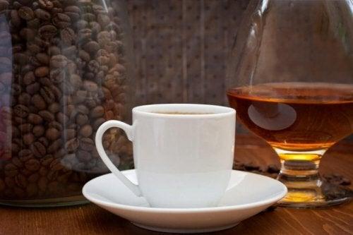 бяла чаша с кафе