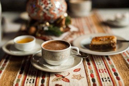 Чаши с кафе на маса
