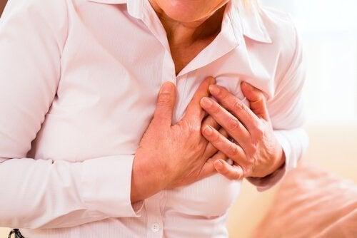 Инфарктът: мъж се е хванал за сърцето