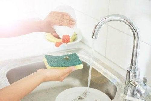 Пет трика за дезинфекция на кухненските гъби