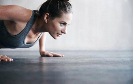 Редовното спортуване спомага за стягане на кожата по естествен начин.