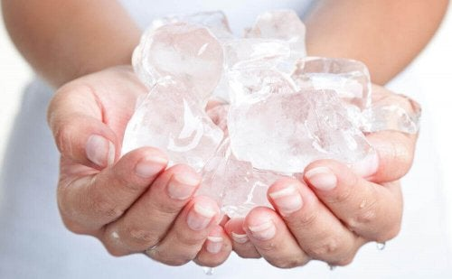 За лечение на хемороиди: жена държи кубчета лед