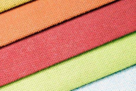 Носенето на цветни дрехи не е подходящ избор за официални поводи.