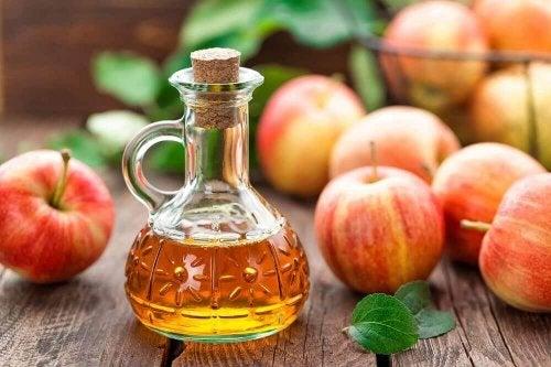 Облекчете болката в петите: ябълков оцет, ябълки на маса